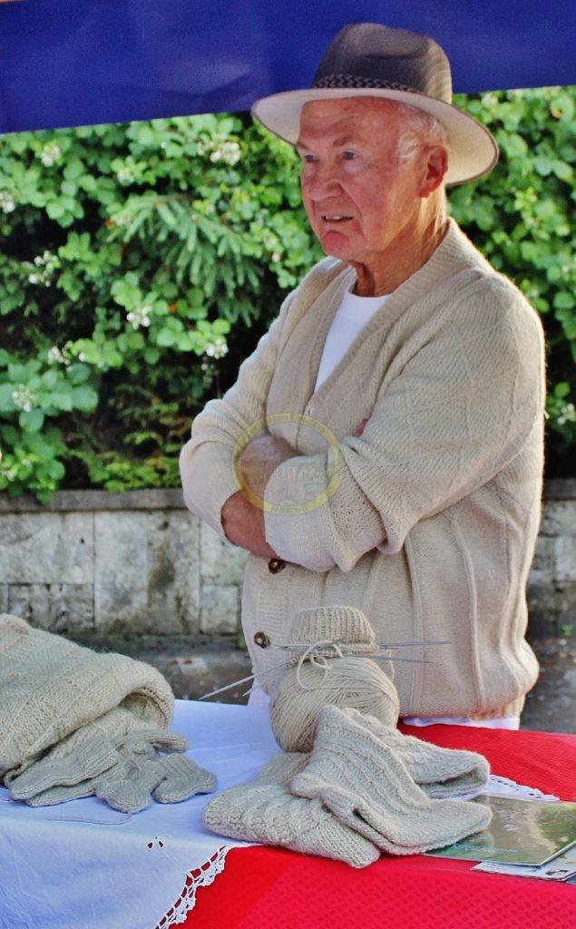Mirko Poličar v domači volni in z izdelki iz domače volne, 17. 6. 2016