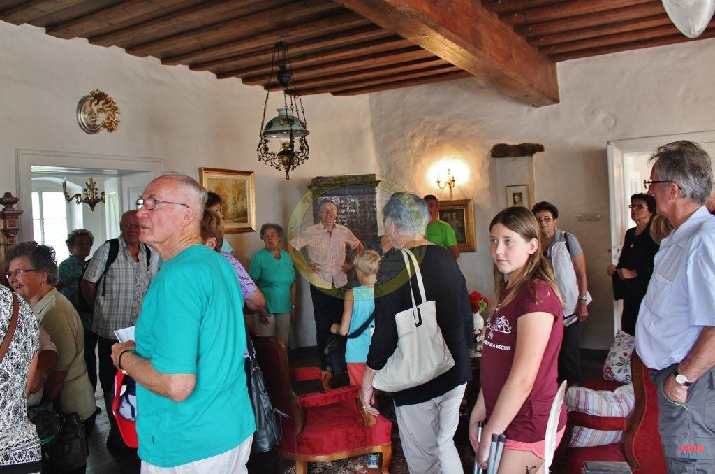 Lastnik najstarejše hiše v Radljah Edi Korat nam je zapel nekaj lepih koroških pesmi.