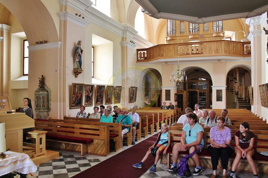 Ob ogledu župnijske cerkve v Radljah smo tudi zapeli.