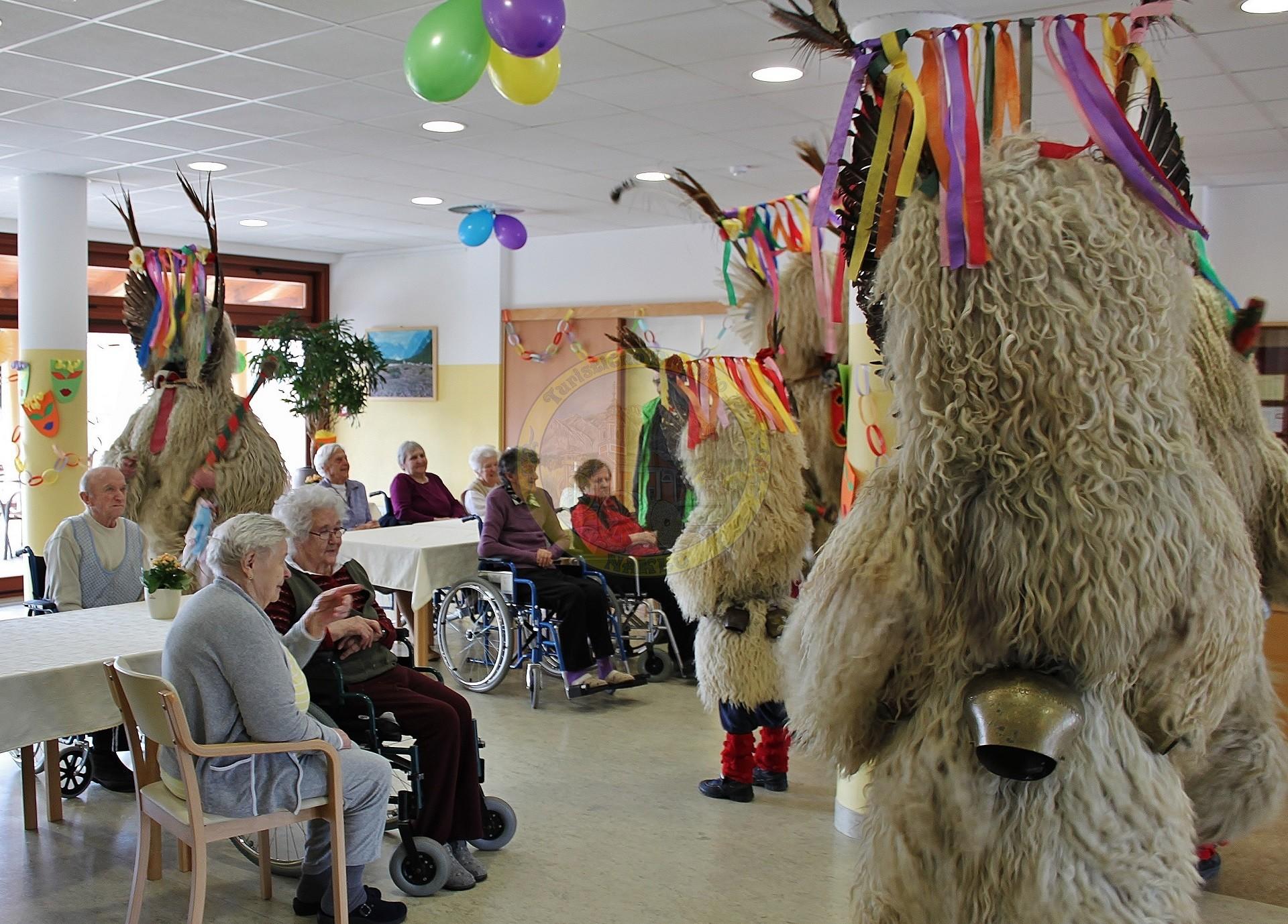 Koranti so obiskali tudi Dom starejših občanov v Naklem in starejšim prinesli veselje in kanček sonca.