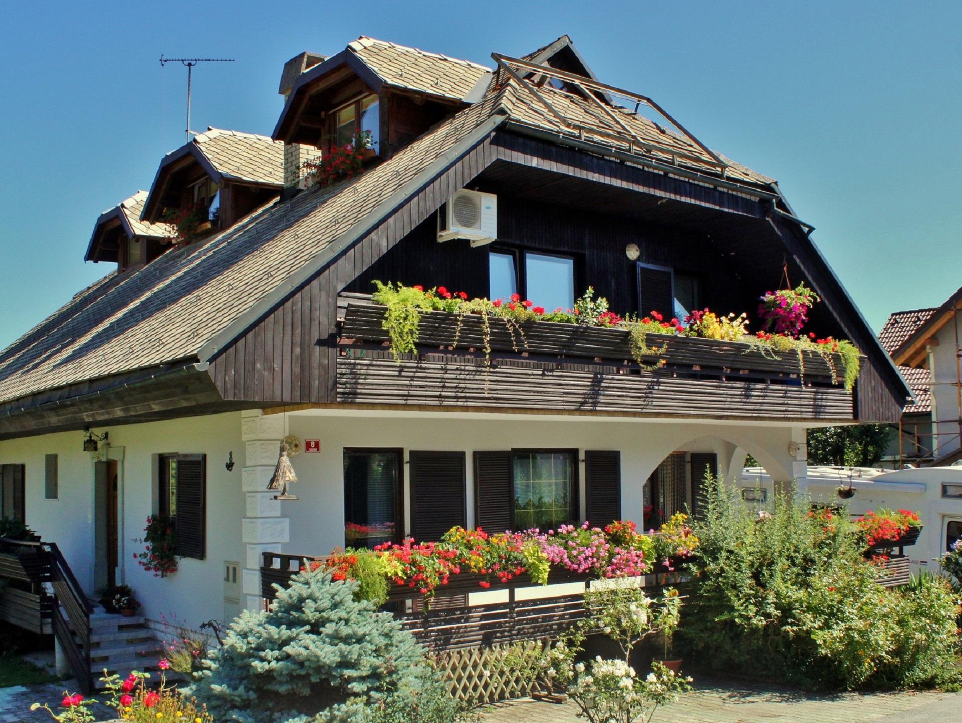 Konjarjeva hiša je med najlepšimi v Podrebri. Vidi se da v njej živi družina, ki ceni lepoto in naravo.