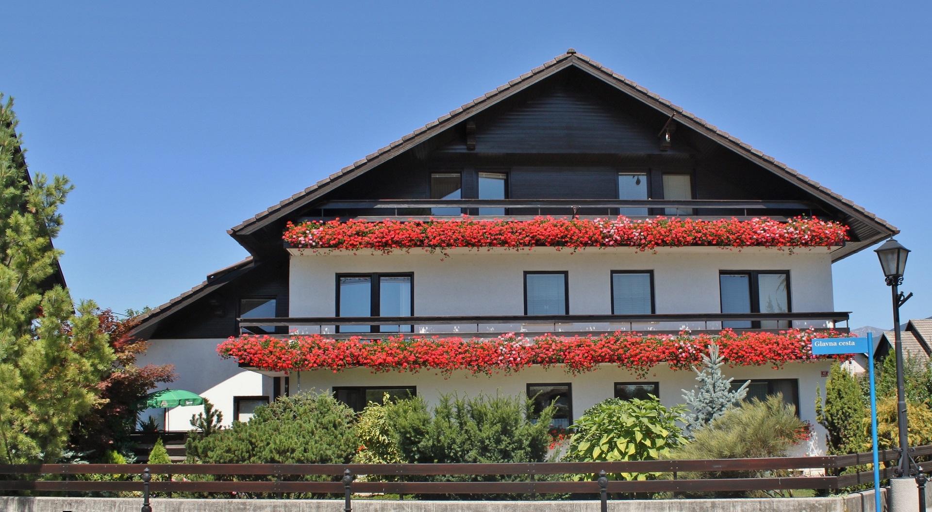 Sredi vasi stoji ena najlepše urejenih hiš v Naklem. Križajevo, po domače Hausvirtovo hišo opazijo mnogi tujci in se pred njo fotografirajo.
