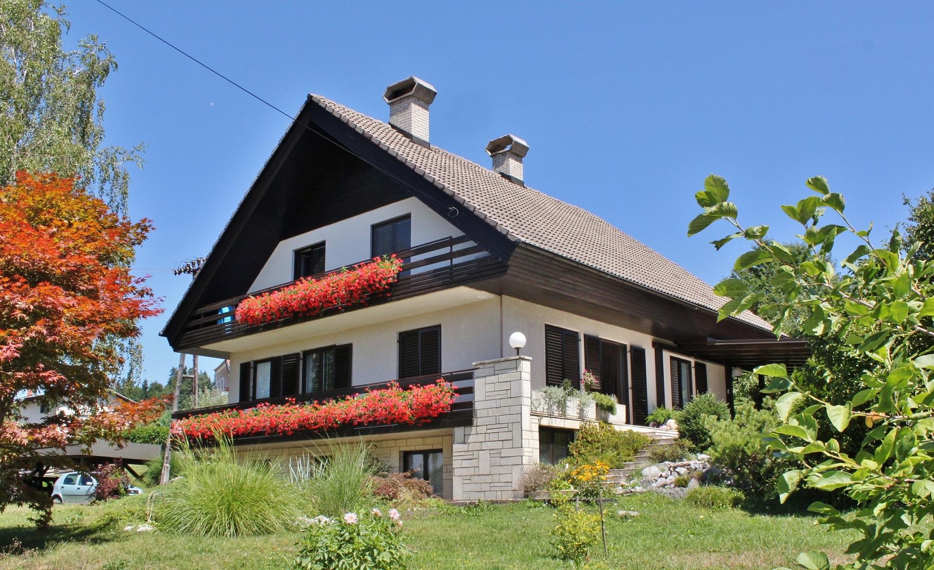 Šmidova hiša in njena okolica sta preprosto, a prikupno urejeni.