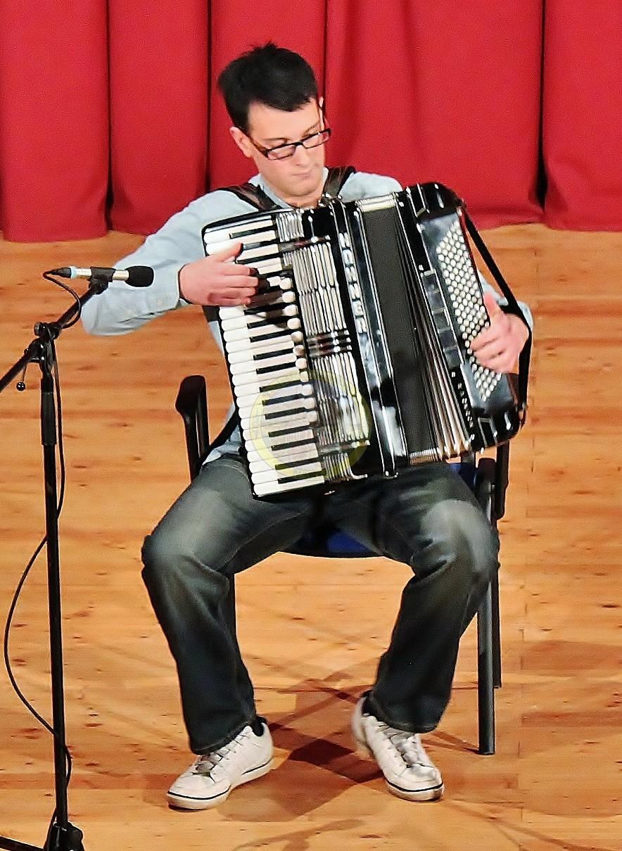 Jan Zadnikar je virtuoz na harmoniki.