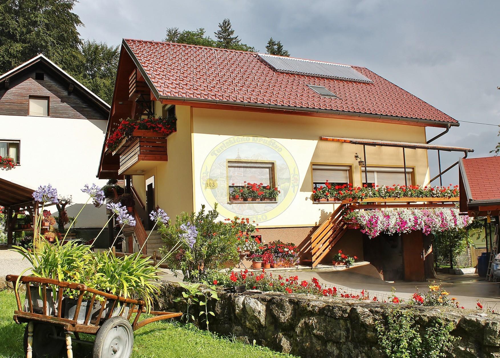Žižkovi iz Strahinja cenijo lepo in urejeno hišo. Balkoni, okenske police in gredice ob hiši so polni rož. V vrt so postavili kimpež, ki ne lepša le okolice njihove hiše, pač pa tudi bližnje partizansko grobišče.